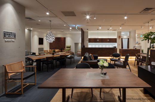 土間風の非日常空間には高品質の「Premium Table」や和の趣ある「Miosiソファ」などを展示。奥には和の空間の家具を展示しています。