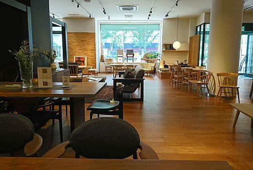 店内中央の展示ソファは【CHIC】シリーズのソファ。デザイン性としっかりとした掛け心地が人気です。
